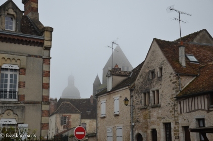Tour César flanked by l'eglise catholique collégiale Saint-Quirace.