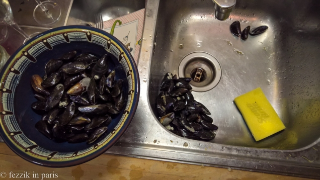 This is why we buy pre-washed moules or clams. It was natural somehow that I recalled that Léon delivered after I bought the moules.