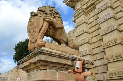 Posing with a lionbro in Mdina.