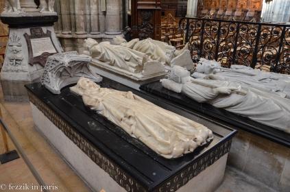 Isabelle d'Aragon (woman, near left).