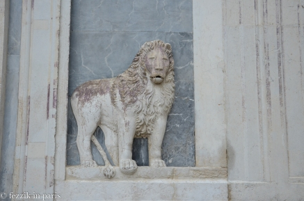 While searching for a 12th century wellhead (with one of the oldest lions of saint-Mark on the side), we wound up lost and in front of a hospital which had a marble trompe l'oeil.